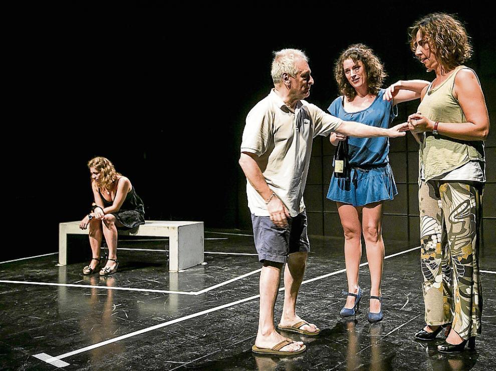 Paco Ortega –en el centro– da instrucciones en uno de los ensayos a Ana Pérez de Saracho (con pantalones) y Minerva Arbués. Mientras, Isabel Rodríguez permanece sentada en el banco.