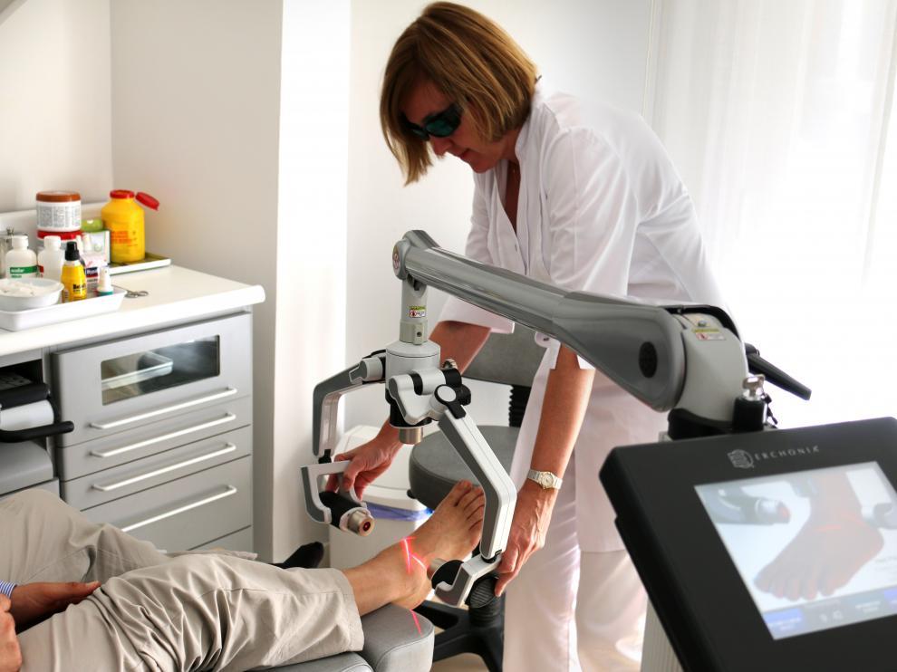 La doctora Carmen Moral tratando a un paciente con el novedoso láser Fx 635 de Erchonia.