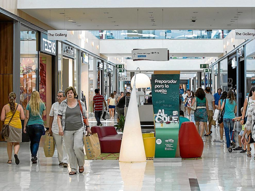 Apertura de un centro comercial zaragozano, el primer domingo de septiembre.