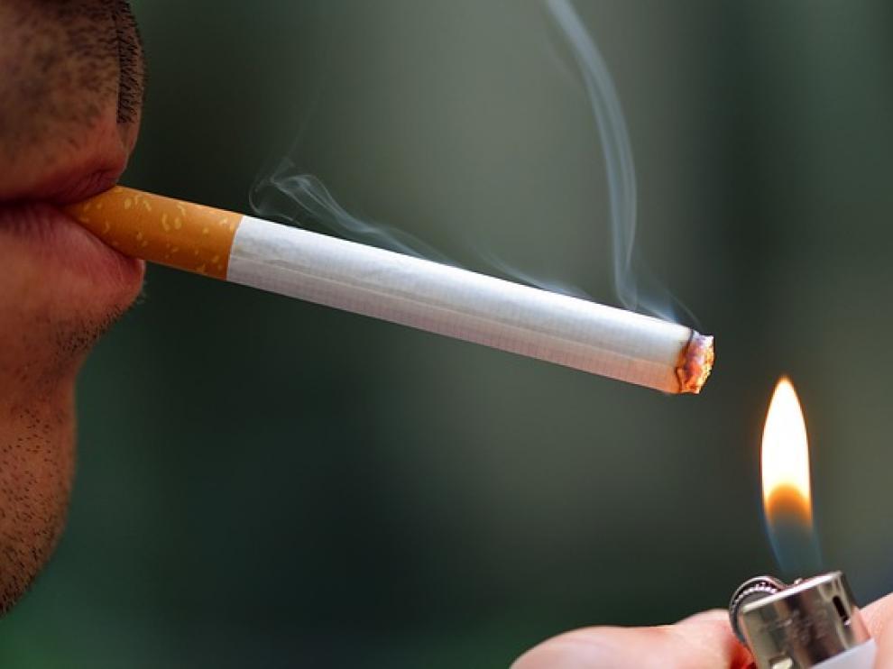 ?Los pediatras piden al Gobierno que se prohíba fumar en el coche si van menores