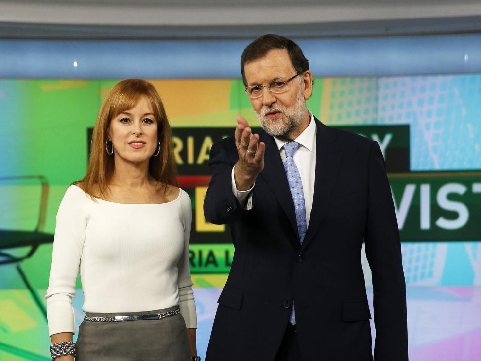 Rajoy junto a la periodista Gloria Lomana