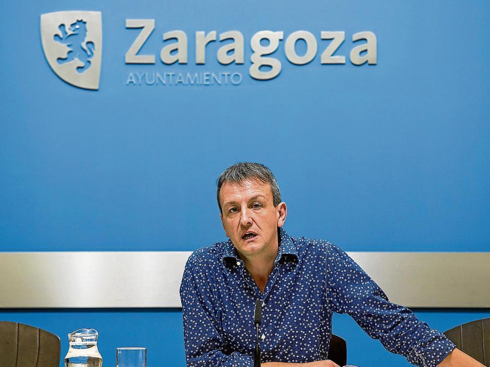 El concejal de economía, Fernando Rivarés, en una rueda de prensa.