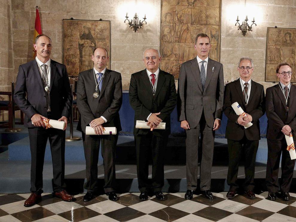 Oscar Landeta (segundo por la izquierda) y Pablo Artal (a la derecha) posan con el Rey y el resto de premiados con el Jaime I.