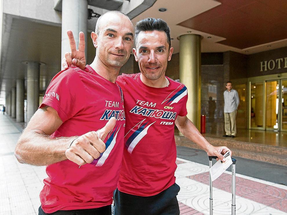 Ángel Vicioso (izquierda) y Purito Rodríguez, ayer a su llegada al hotel Boston de Zaragoza.