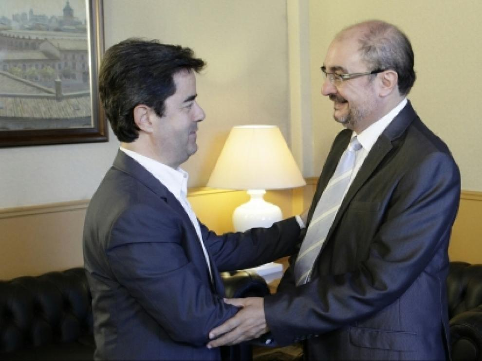 Saludo de Luis Felipe y Javier Lambán en una foto de archivo.