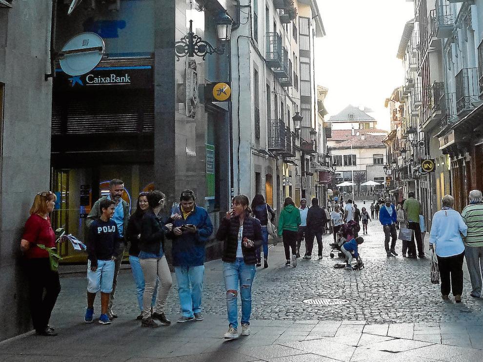 Muchos turistas apuraban ayer el fin de semana de paseo por el centro de Jaca.