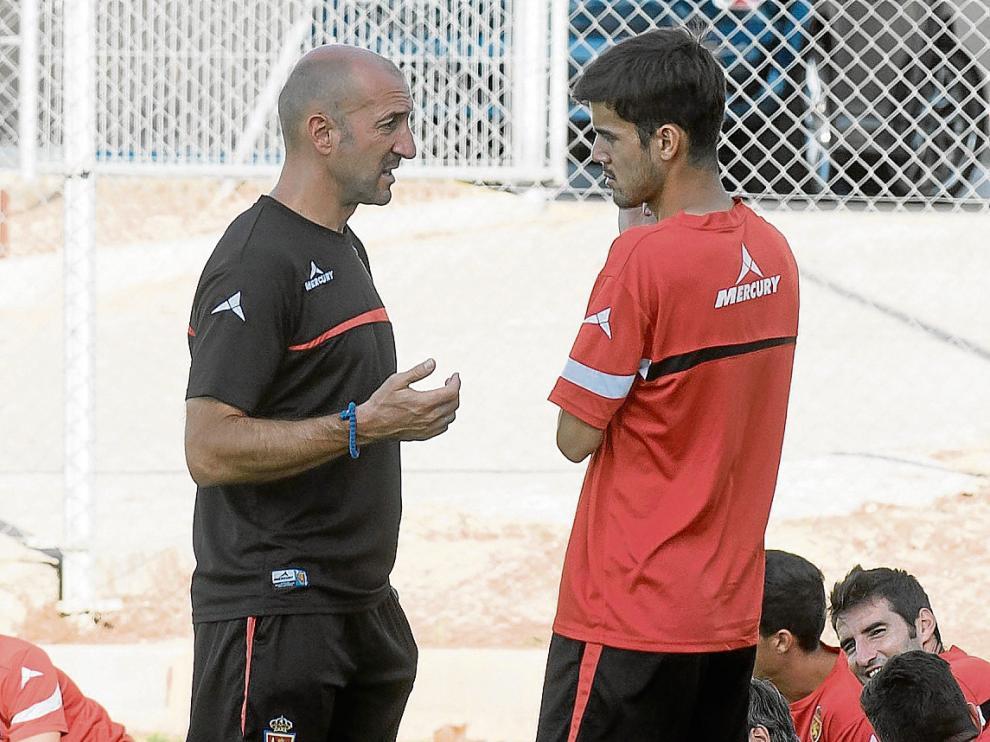 Ranko Popovic dialoga con Aria Hasegawa durante un entrenamiento.