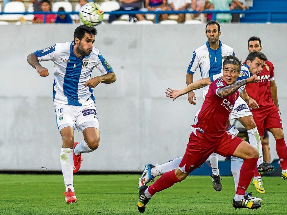 El polaco Wilk avanza en busca de la pelota entre dos jugadores del Leganés.