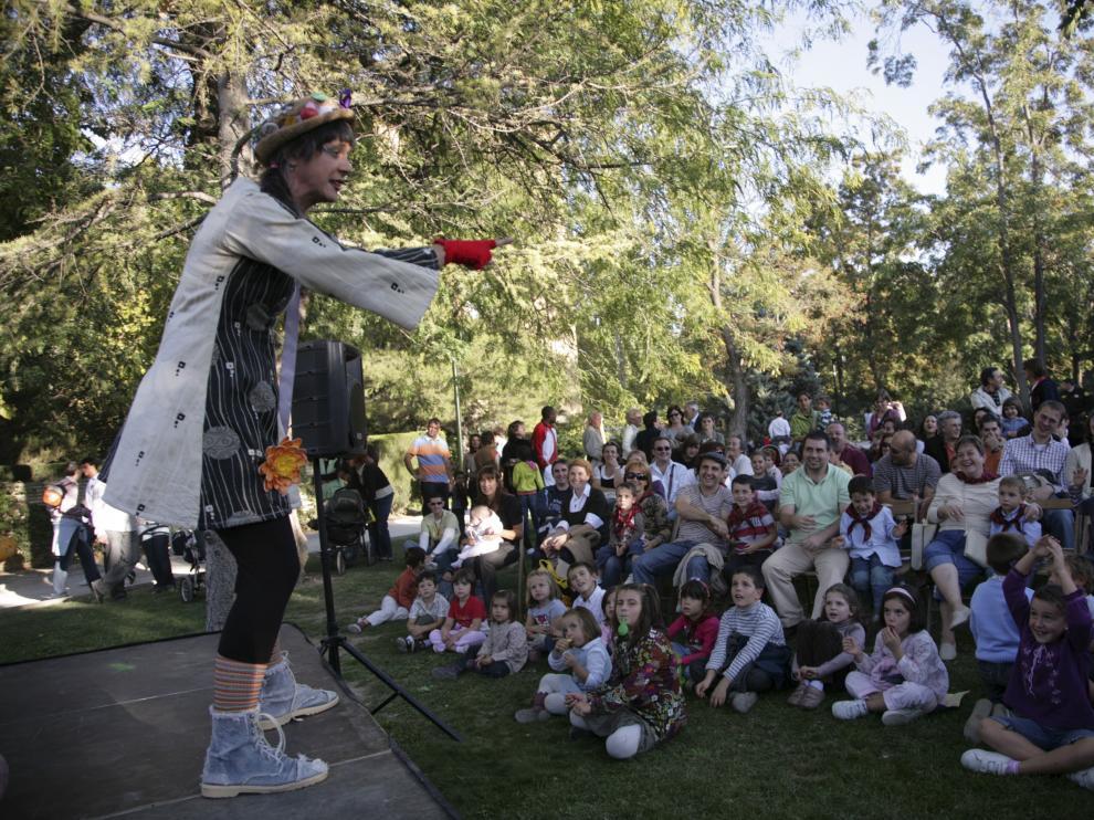 Los niños disfrutan de diversos espectáculos y actividades en las fiestas del Pilar.