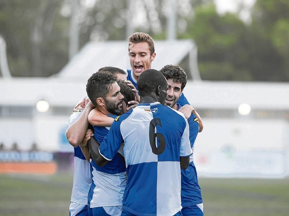 Los jugadores del CD Ebro celebran la victoria de hace una semana ante el Real Unión.