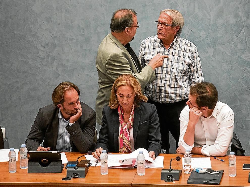 Bizén Fuster (CHA) habla con el alcalde de Cuarte, Jesús Pérez (PAR) momentos antes de que diera comienzo el pleno.