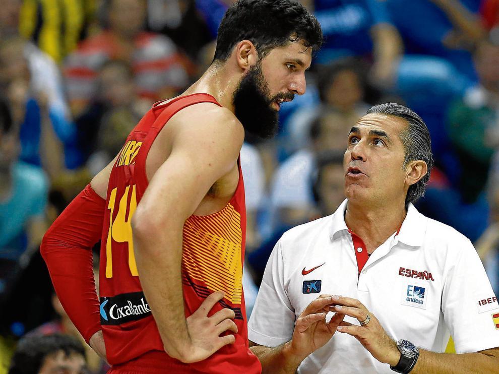 Sergio Scariolo da instrucciones a Nikola Mirotic en el partido frente a Turquía.