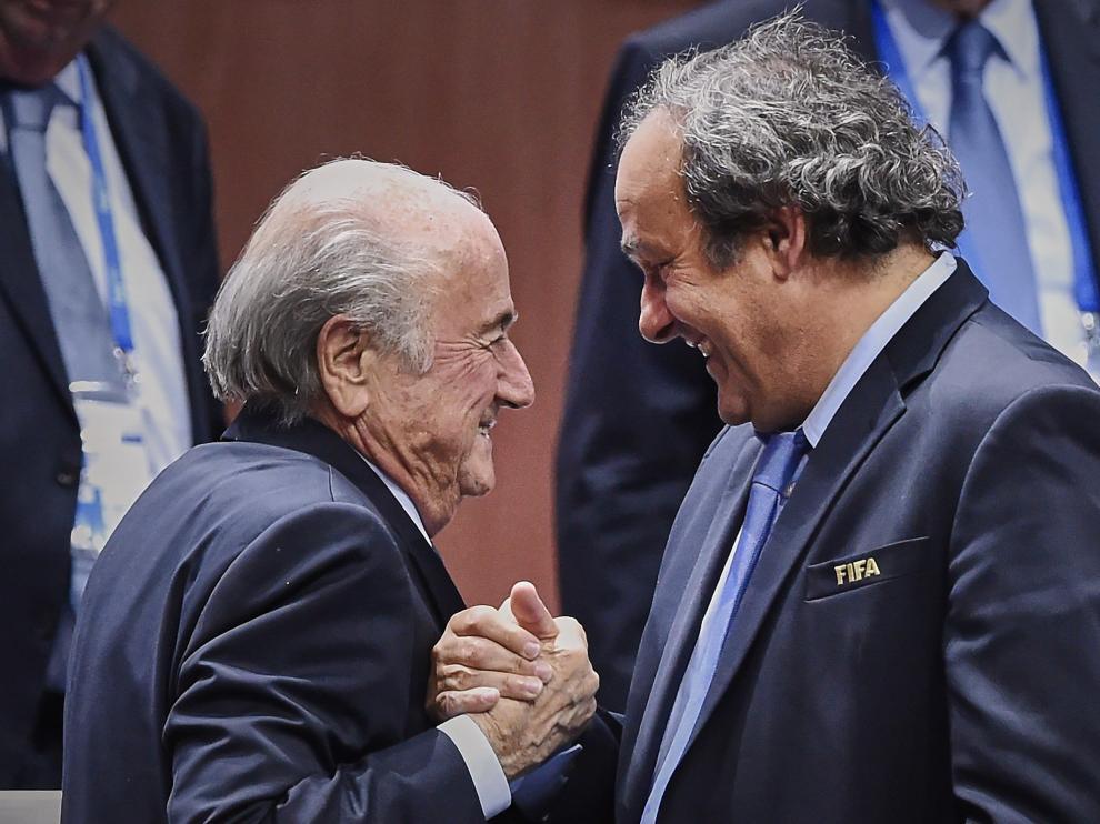Saludo entre Joseph Blatter y Michel Platini en una foto de archivo.