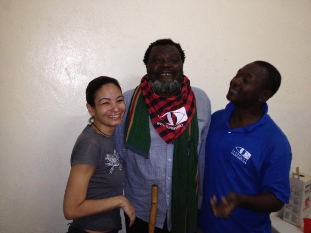 Uno de los pacientes atendidos en el Chad con el cachirulo solidario de la Fundación.