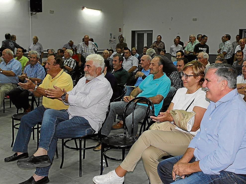 Los asistentes aplauden el resultado de la votación tras la asamblea, que se celebró en Valfonda.