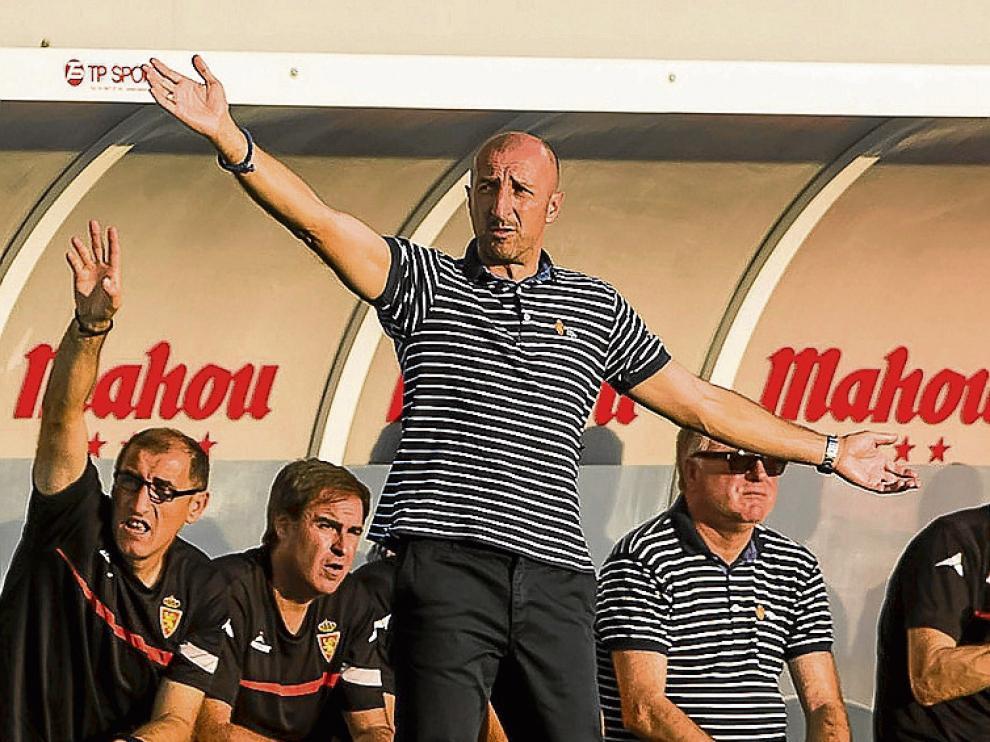 Ranko Popovic da instrucciones a sus futbolistas.