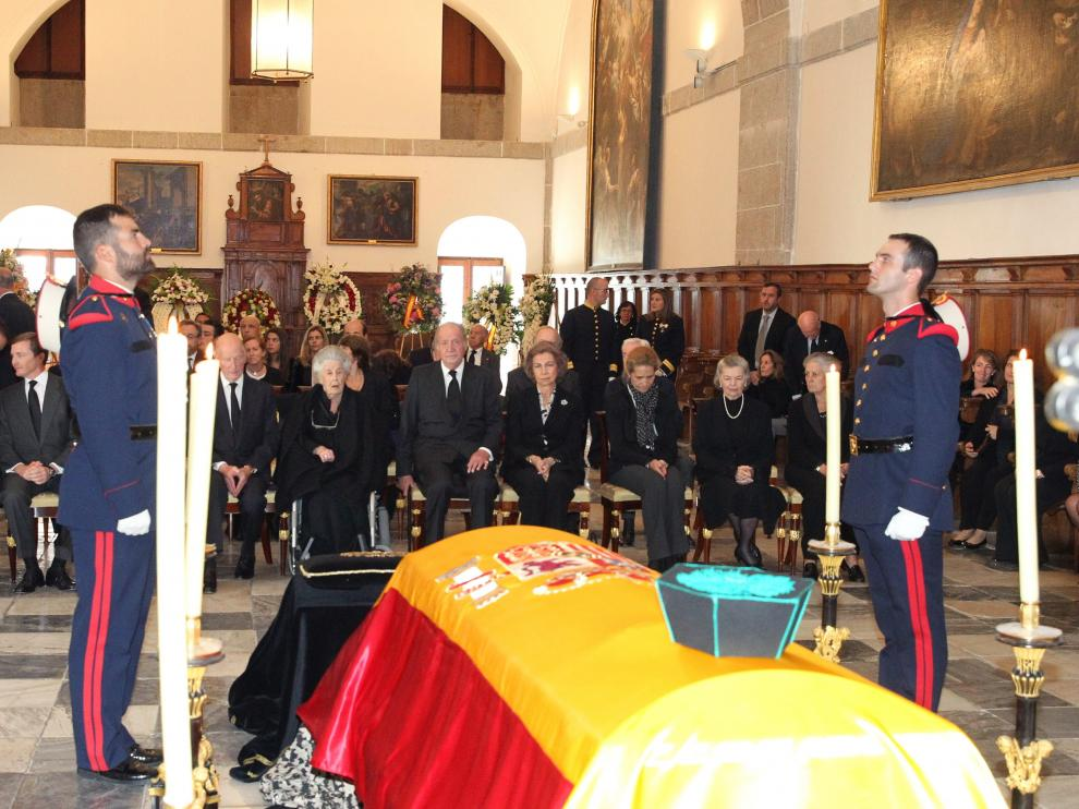 Los reyes Juan Carlos y Sofía, junto a la infanta Elena, en la capilla ardiente del infante Carlos de Borbón este miércoles.