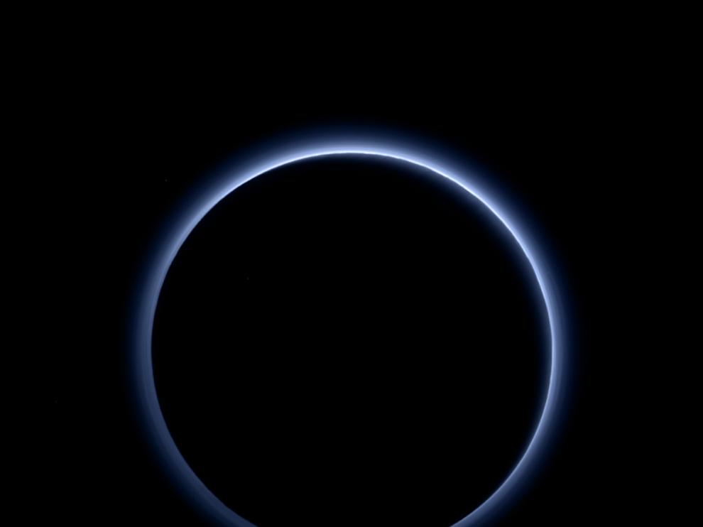 Plutón, tiene el cielo azul, según muestra la nave New  Horizons
