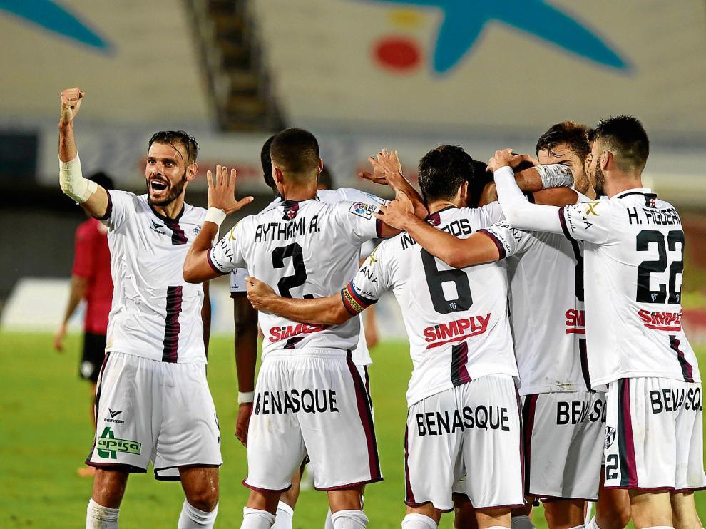 Los jugadores del Huesca se abrazan tras el primer gol.