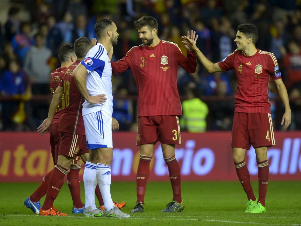 Los jugadores españoles celebran un tanto en el último choque