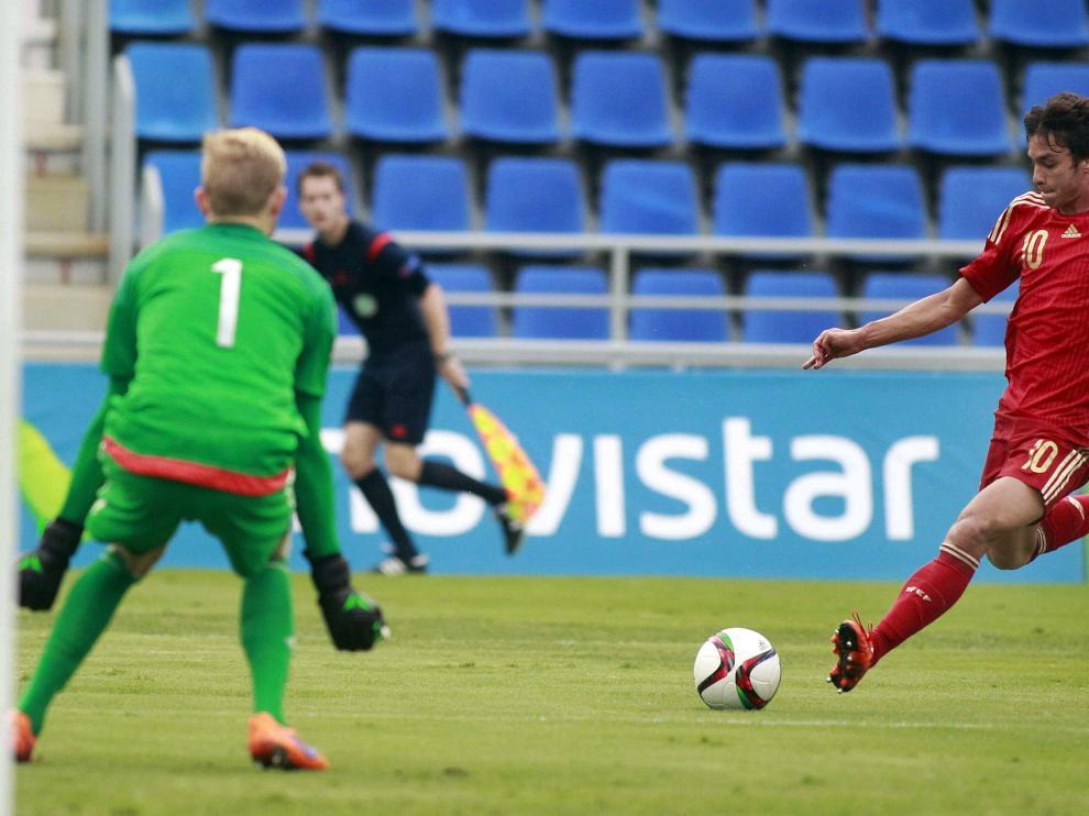 Óliver Torres dispara a puerta durante el partido de la sub-21