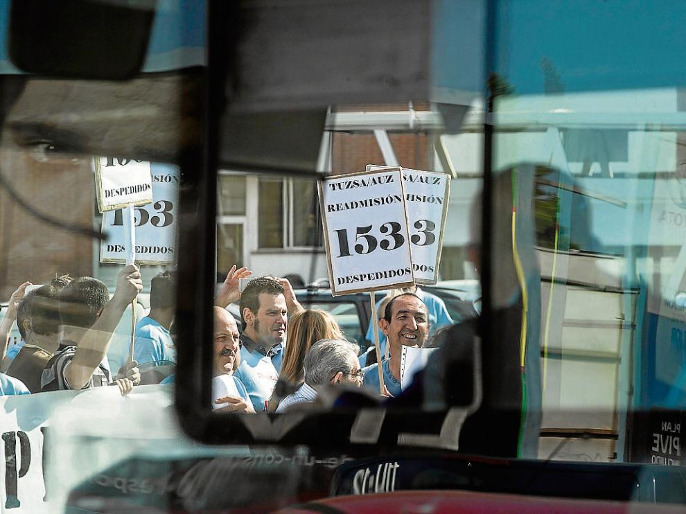 Protesta de los trabajadores de Tuzsa en agosto de 2013 por los 153 despidos.
