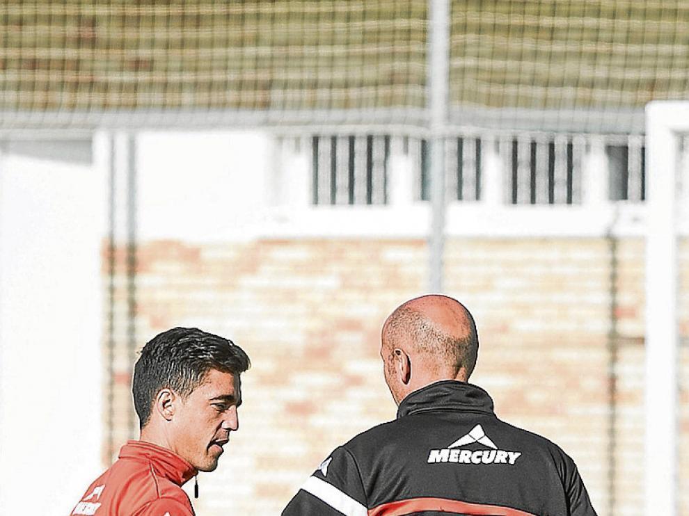 Charla entre Pedro y Popovic en el entrenamiento de ayer.