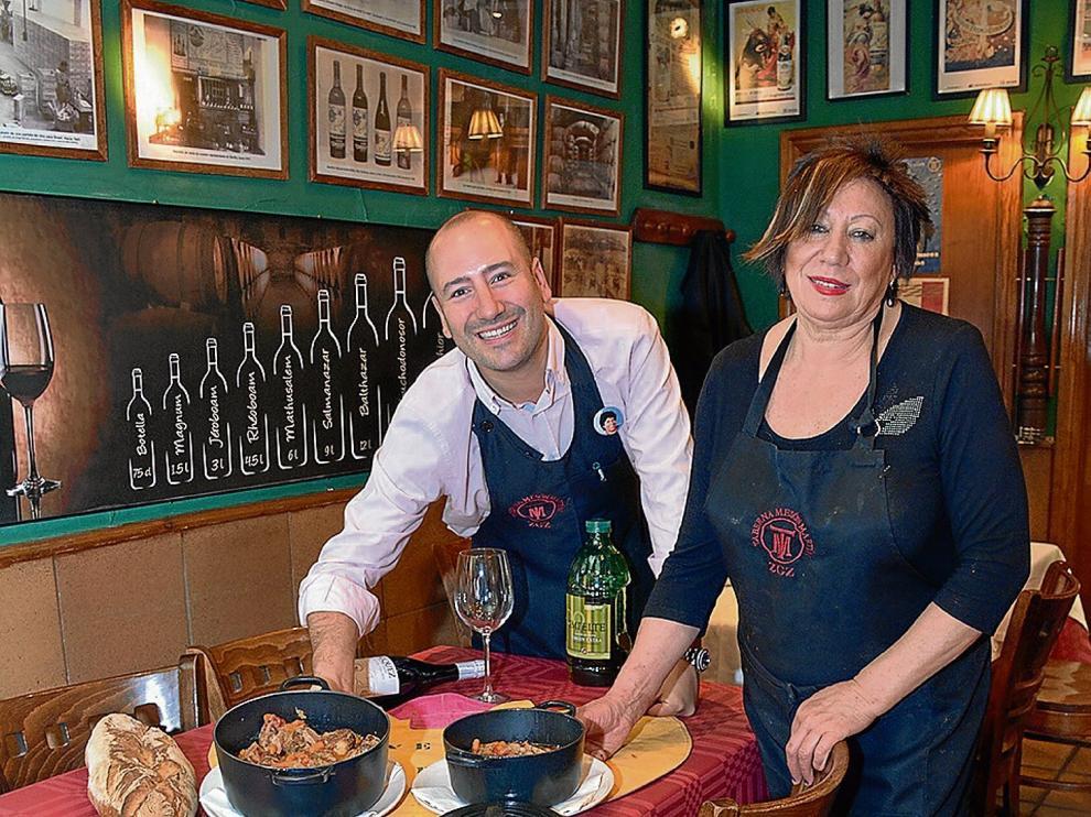 Sergio Martín y Mariví Embid, en el comedor de Mesón Martín, un establecimiento muy taurino.
