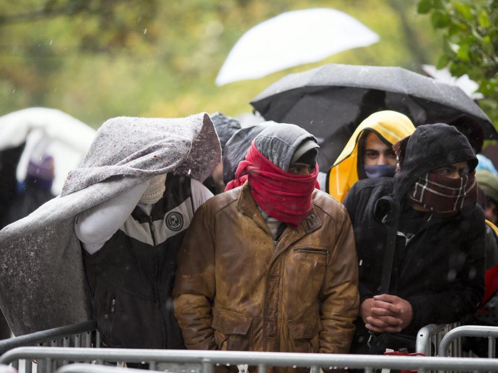 Refugiados esperan a la puerta de la oficina de Sanidad  y Asuntos Sociales en Berlín pese al frío.