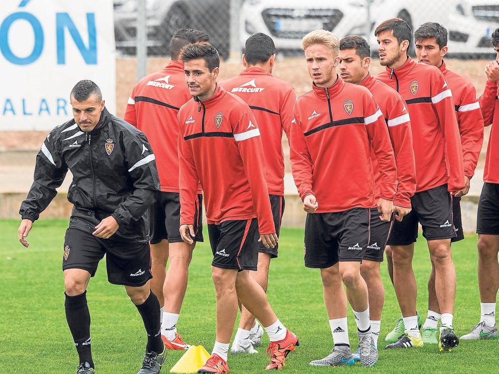 Jugadores del RealZaragoza en un entrenamiento, con Abraham a la cabeza.