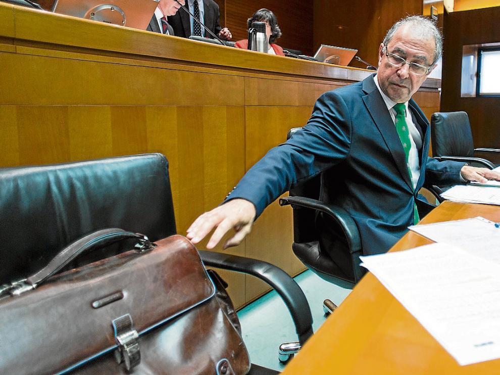 El consejero de Hacienda, Fernando Gimeno, en su comparecencia de ayer en las Cortes.