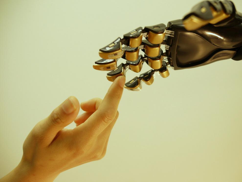 Una mano robótica cubierta por la piel artificial creada.