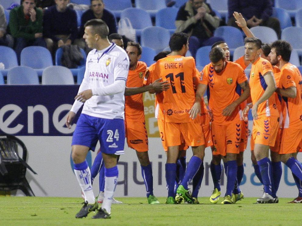 Abraham se lamenta y los jugadores del Llagostera celebran el gol