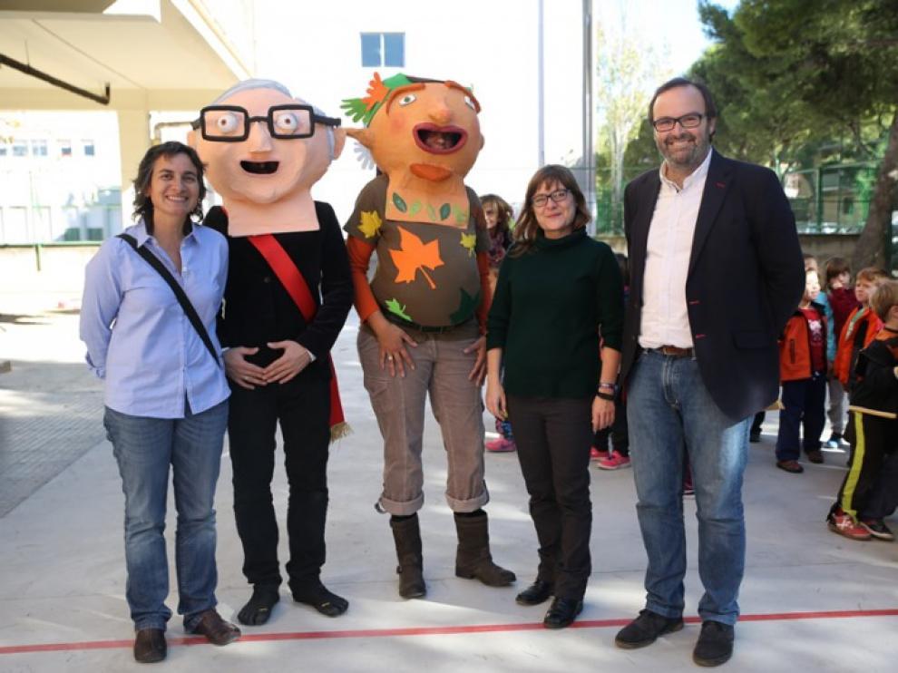 Luisa Broto y los familiares de Ramón Sainz de Varanda posan junto a los nuevos cabezudos.