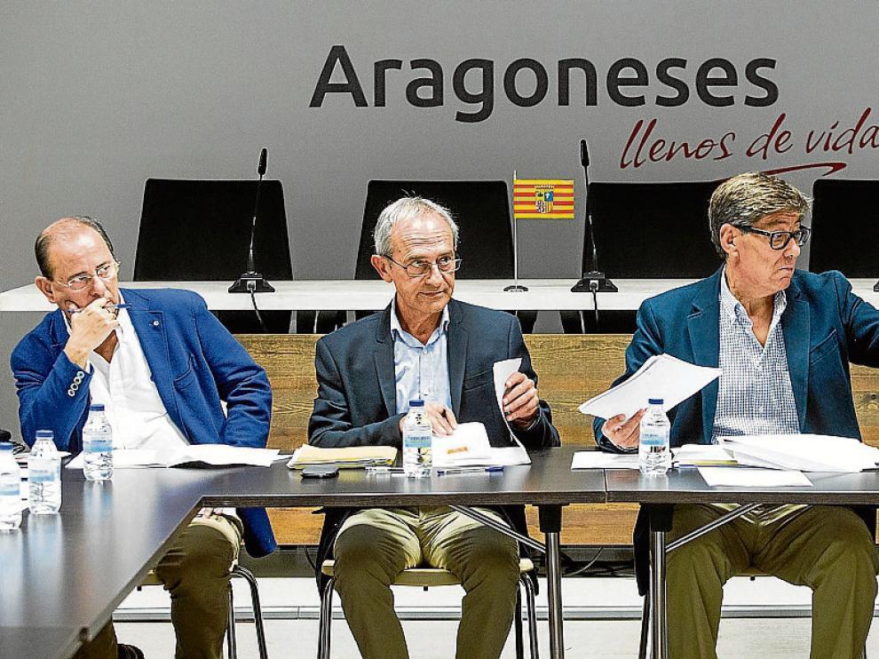 Arturo Aliaga –tercero por la izquierda–, durante la celebración de la Ejecutiva de ayer.