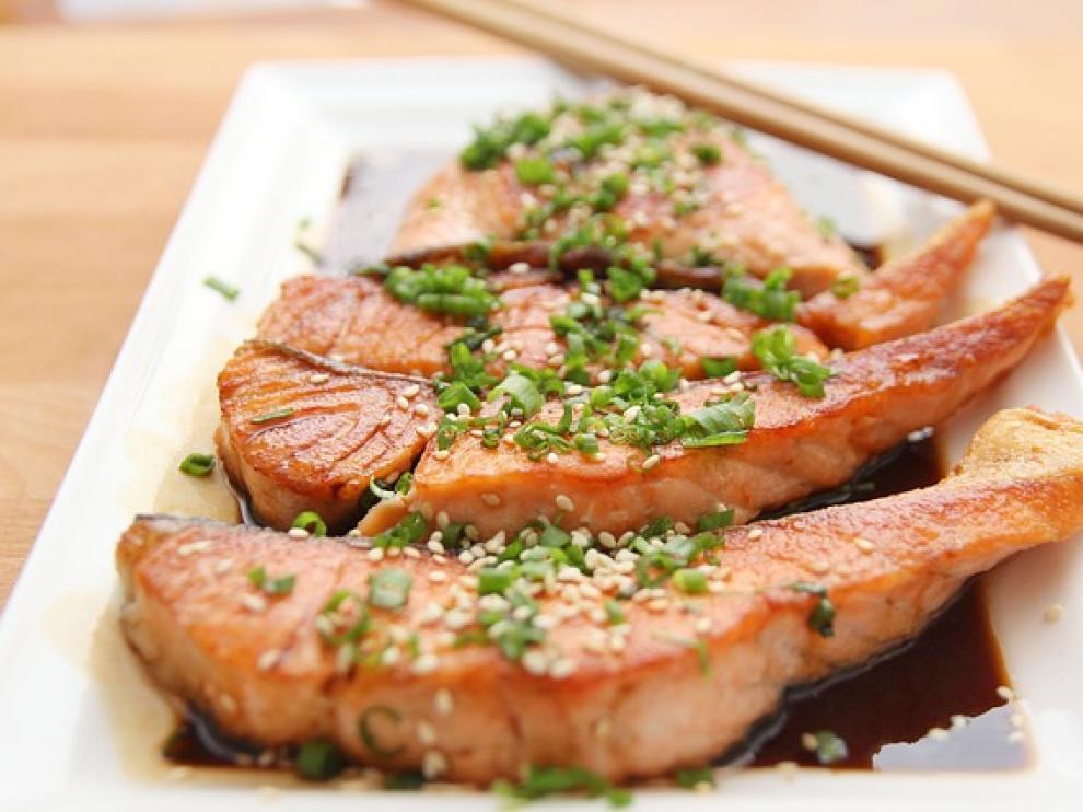 El salmón forma parte de los denominados 'pescados azules', cuyas grasas son saludables para cuidar el sistema cardiovascular.