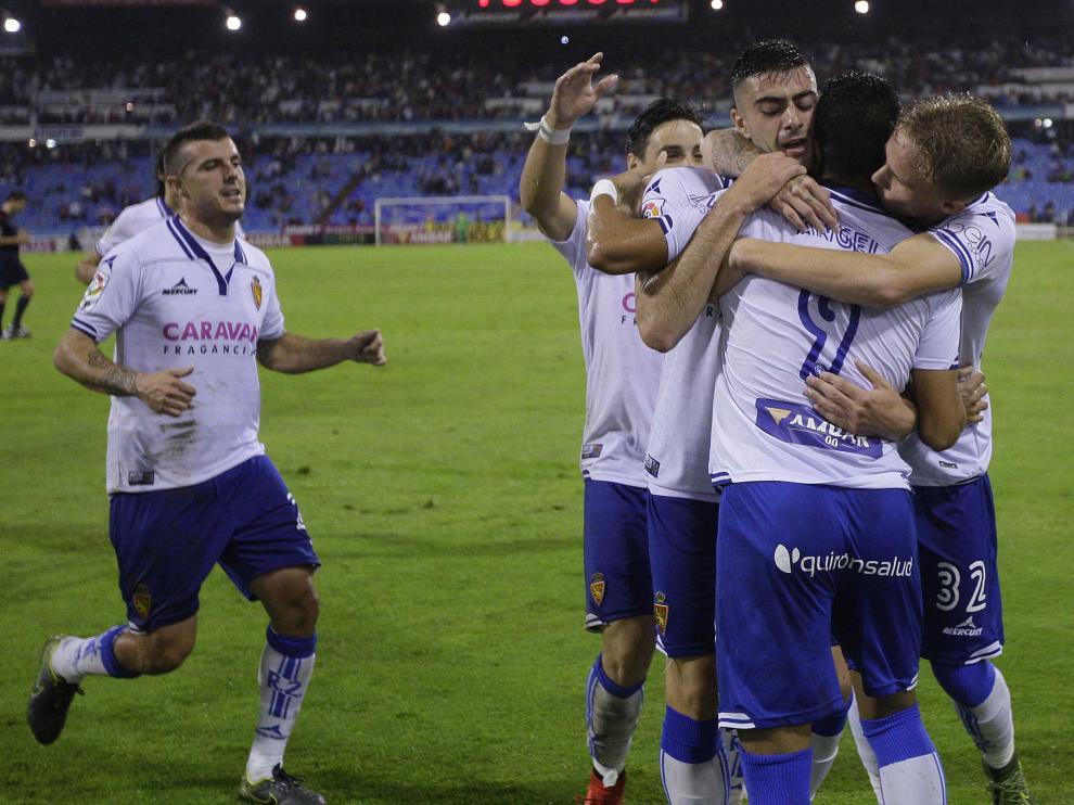 Los jugadores del Real Zaragoza celebran el gol de Ángel
