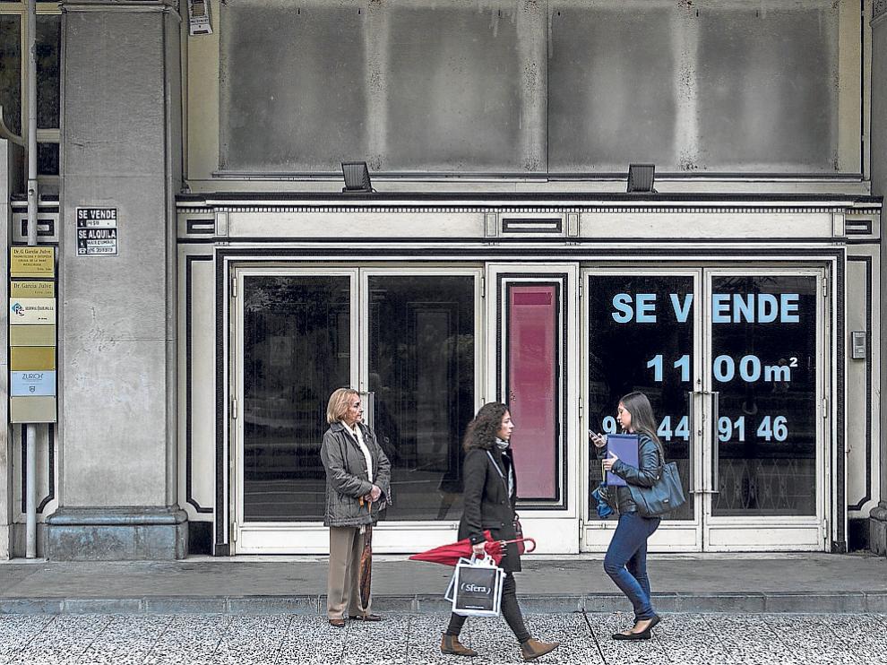 El cine Elíseos luce carteles de 'Se vende' que, al parecer, hacen referencia al restaurante.