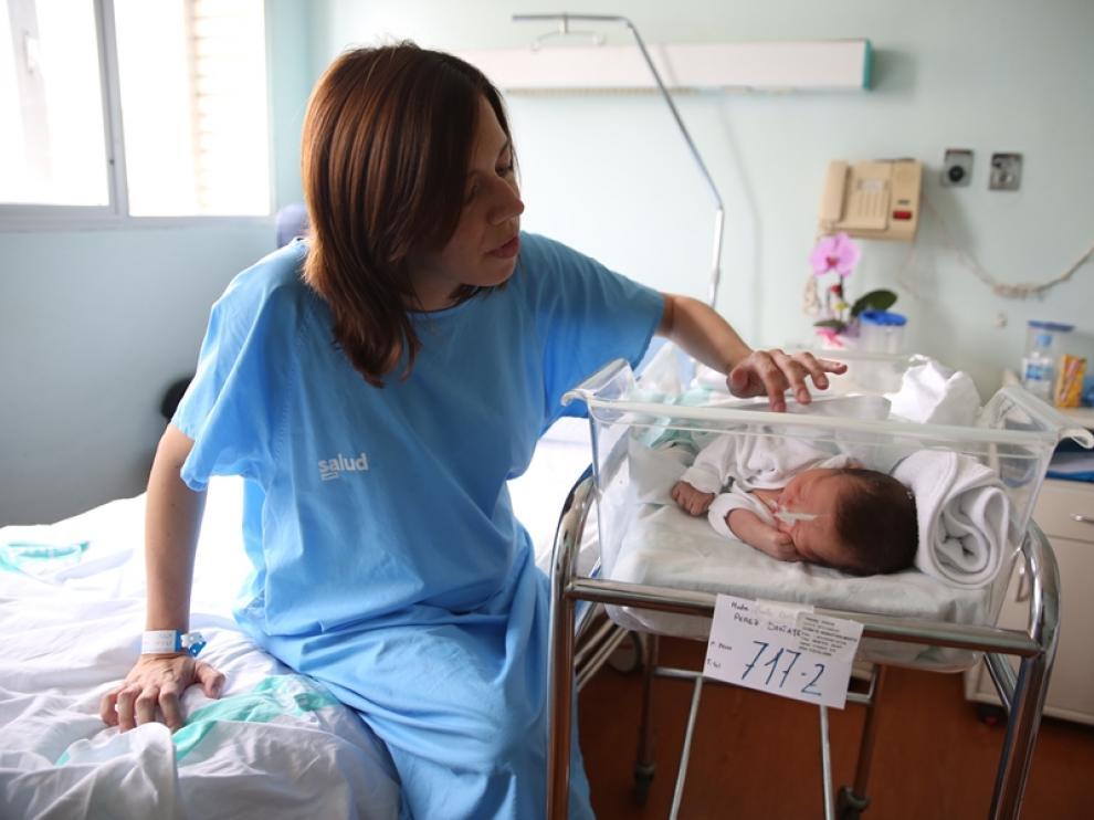 Marta Doñate contempla a su recién nacido, David, poco antes de ser dados de alta en el Hospital Miguel Servet, este lunes.