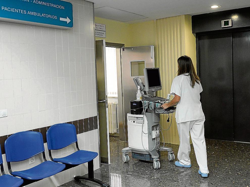Personal sanitario trasladaba ayer a una ubicación provisional el aparataje de la uci.