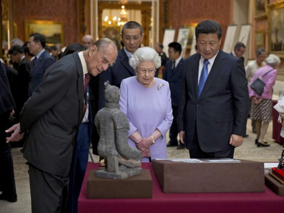 El presidente de China, Xi Jinping, junto a los reyes de Inglaterra.