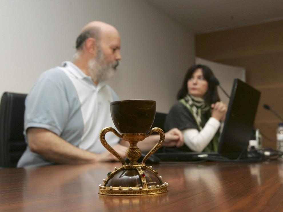 Una réplica del cáliz, en la conferencia ofrecida por Javier Monsón y Antonia Buisán.
