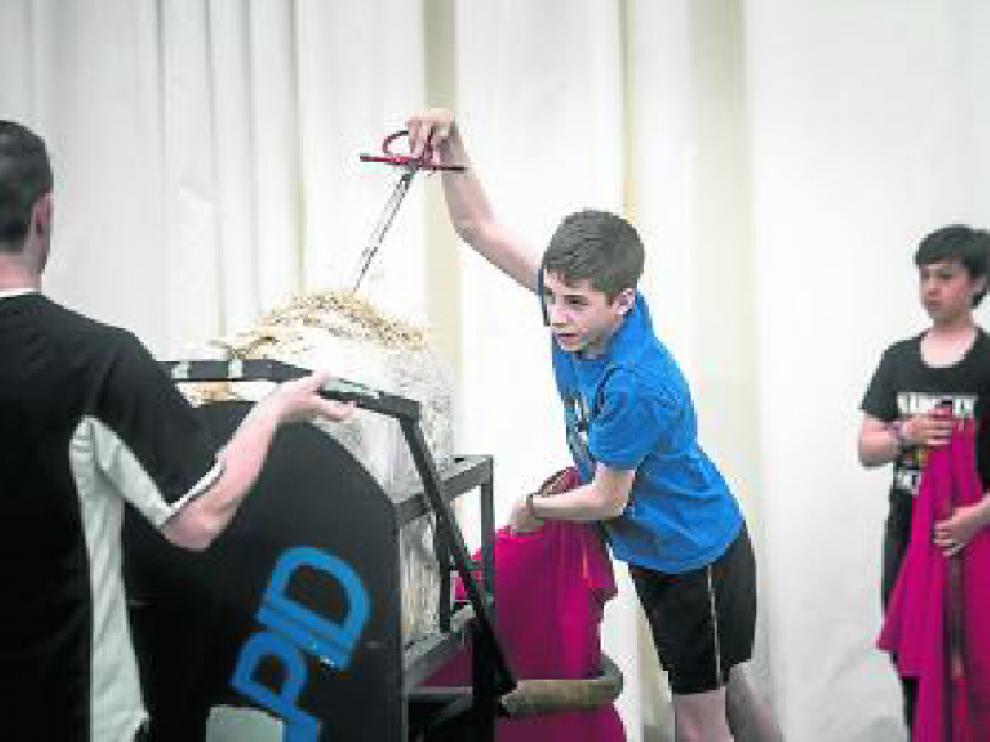 Un niño de la Escuela Taurina de Zaragoza, entrando a matar.
