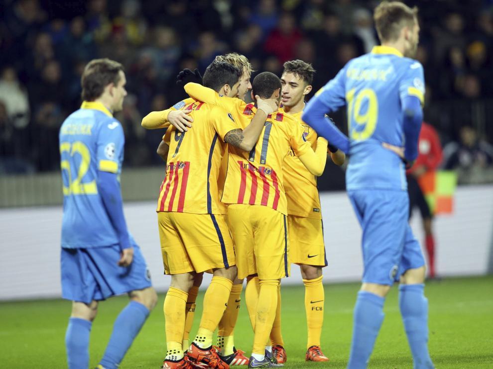 Los jugadores del Barça celebran uno de los tantos de su equipo.