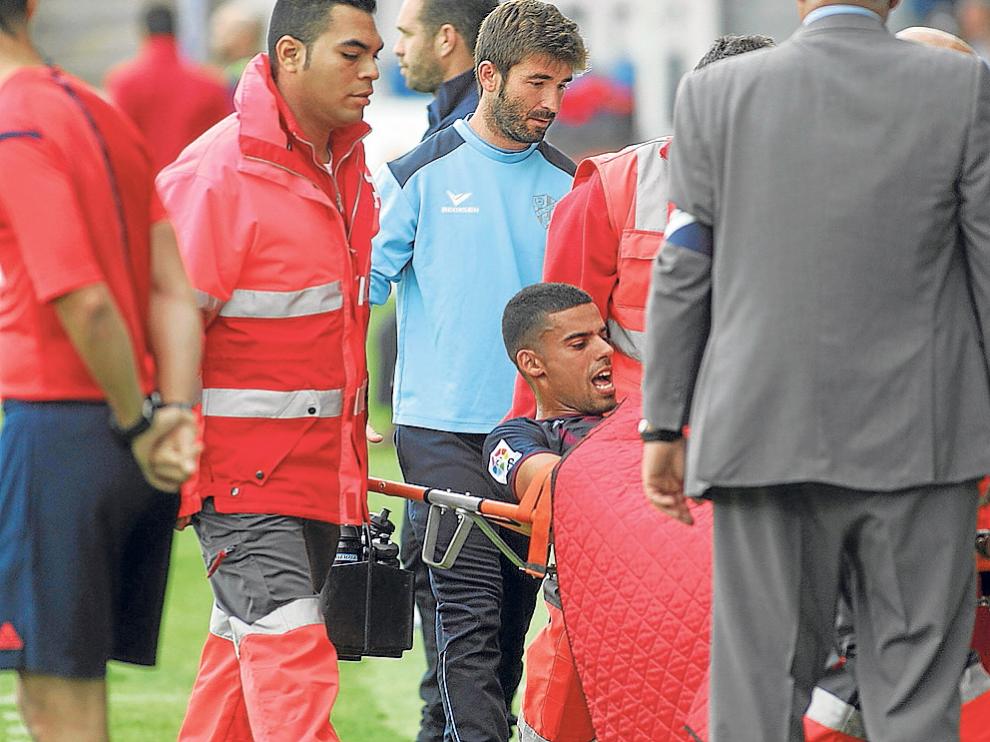 Aythami se tuvo que retirar en camilla antes del descanso con evidentes gestos de dolor.
