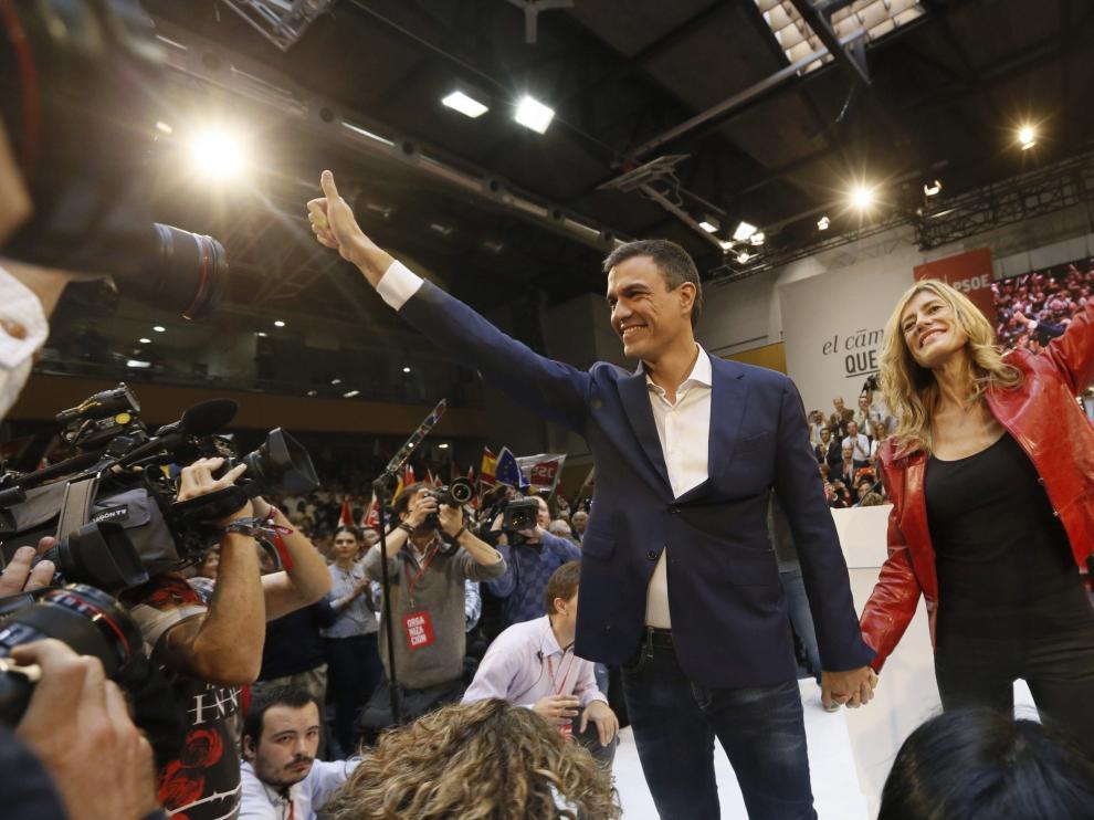 El secretario general del PSOE, Pedro Sánchez, junto a su esposa Begoña Fernández