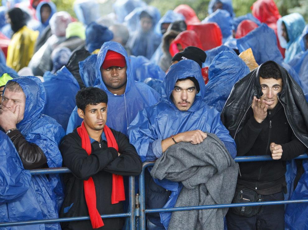 En Brezice, cerca de la frontera con Croacia, la policía empleó gas pimienta para detener a una masa de 3.000 refugiados que pretendían proseguir camino hacia la frontera austríaca.