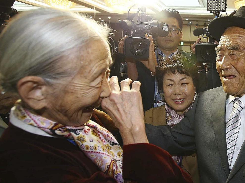 La surcoreana Lee Soon-kyu de 85 años se emociona al reunirse con su marido, Oh In-se.