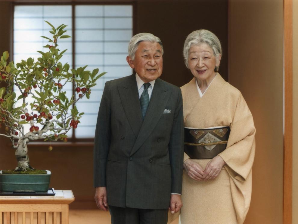 La emperatriz Michiko posa junto al emperador Akihito.
