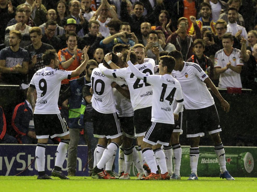 Los jugadores del Valencia celebran un gol durante el partido contra el Gent.
